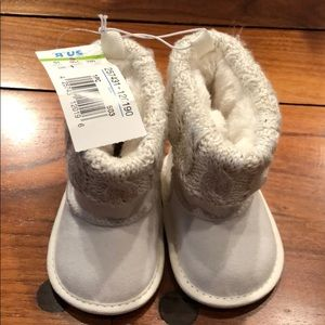 Infant White baby faux fur booties Size 1
